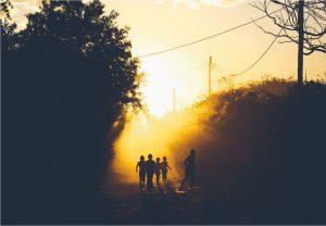 ombre d'enfants dans la rue au coucher du soleil