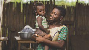 maman africaine avec son fis aux bras